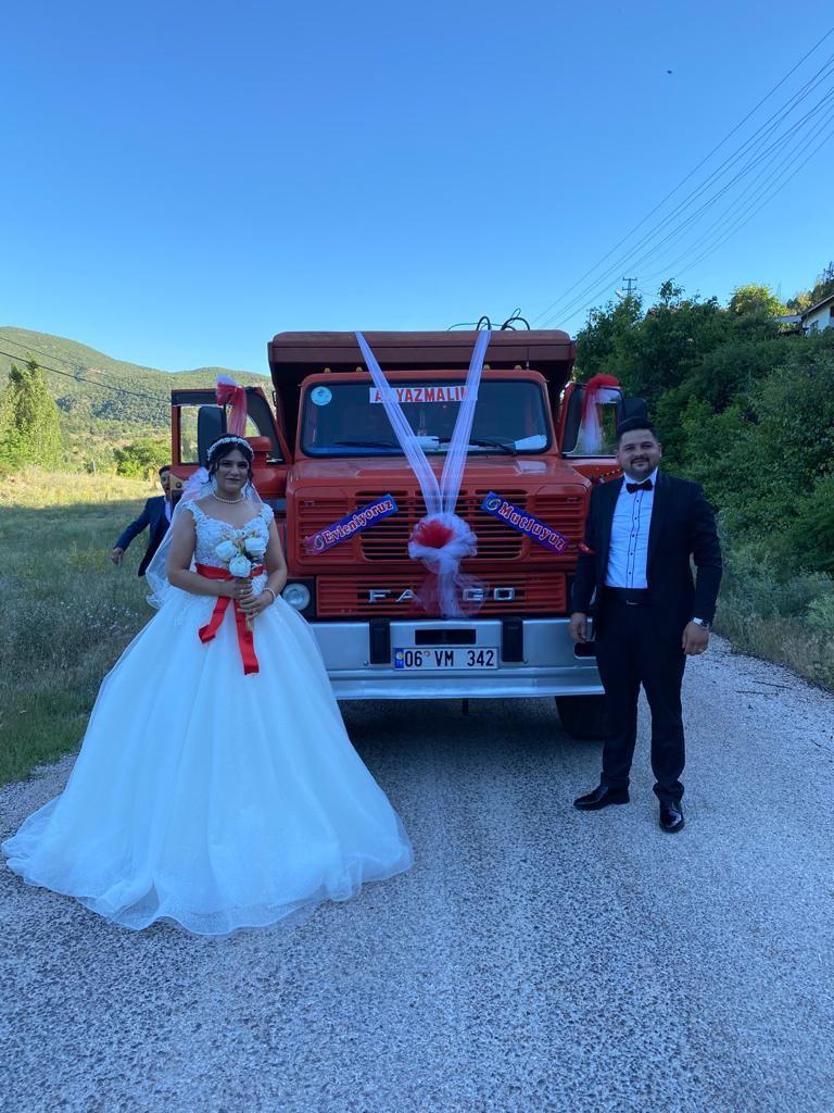 Ankara'da bir çift düğün arabası olarak kamyonu seçti #1