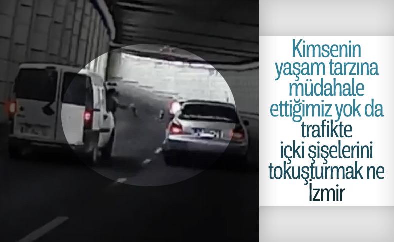 İzmir'de sürücüler seyir halindeyken bira tokuşturdu