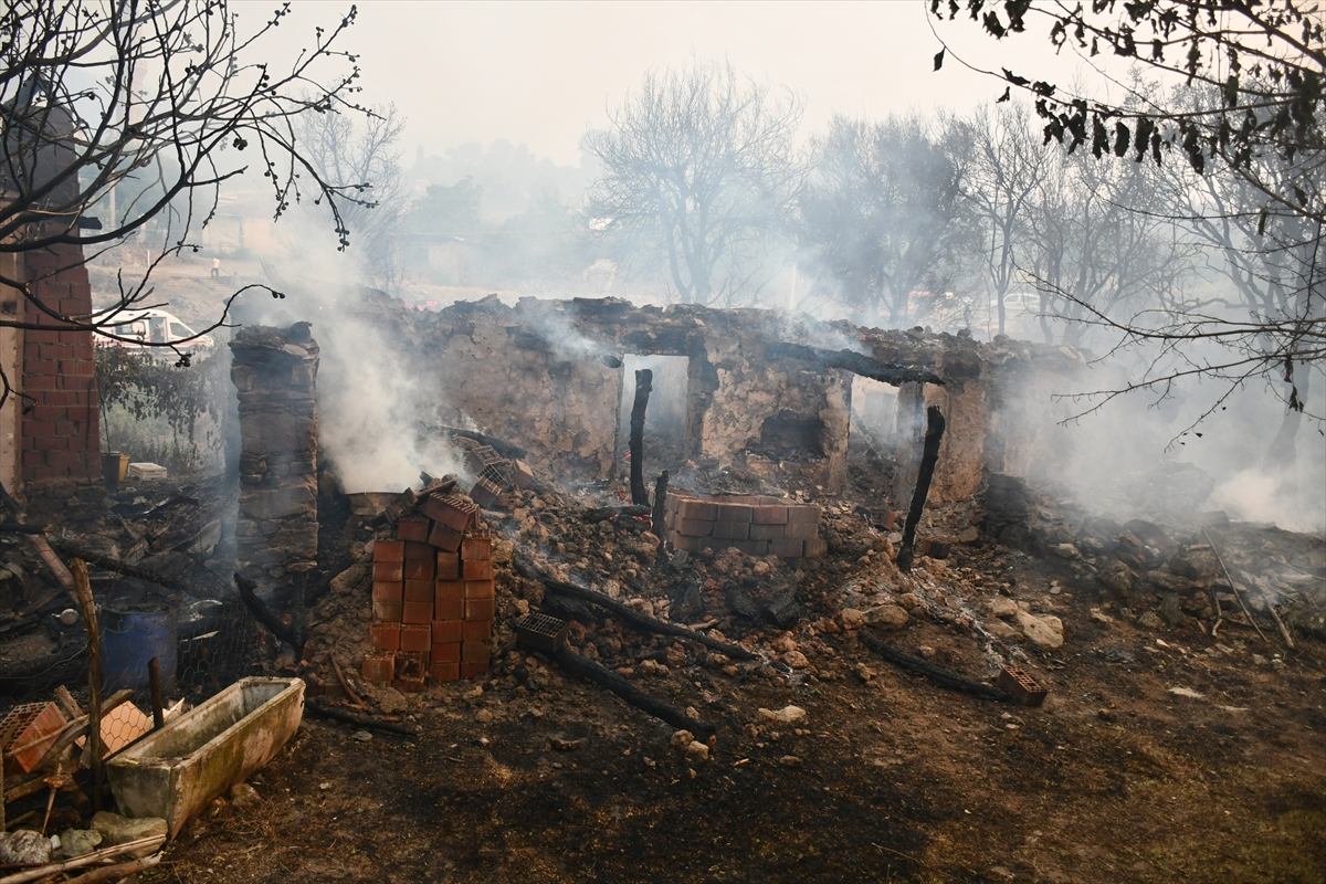 Bir orman yangını Manisa # 4 yerleşimlerine ulaştı