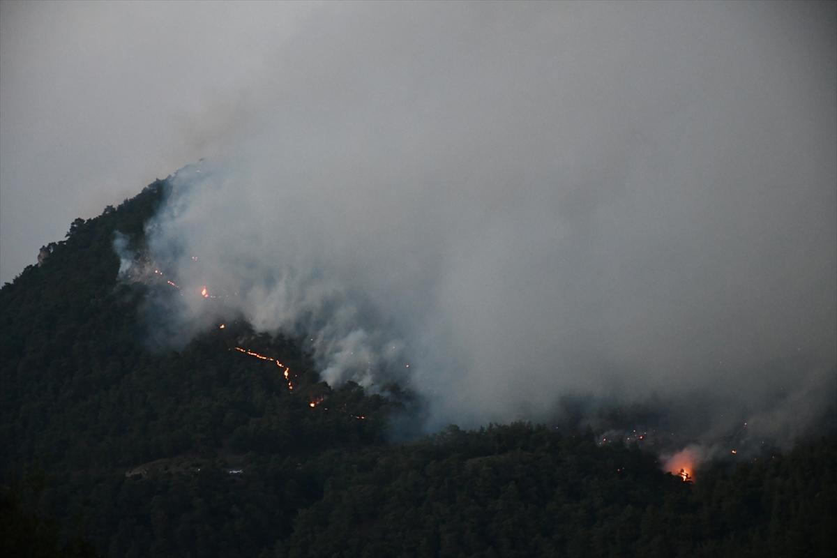 Bir orman yangını Manisa # 1 yerleşim yerlerine ulaştı