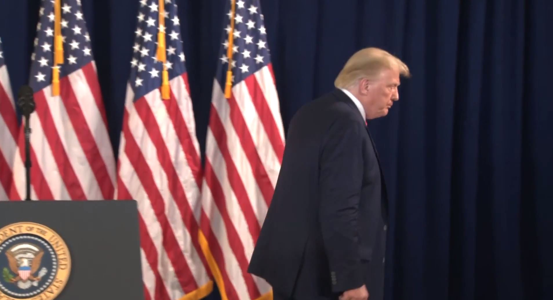 Trump, gazetecinin 2. sorusuna öfkeyle mahkemeden çıktı