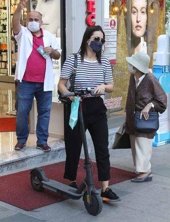 İrem Sak, scooter kullanıyor #1