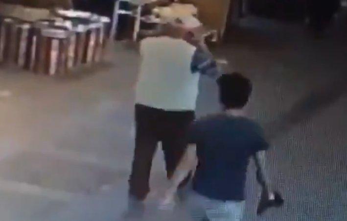 Yerde bulduğu maskeyi takan yaşlı adam kamerada #3