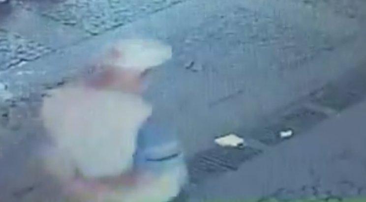Yerde bulduğu maskeyi takan yaşlı adam kamerada #1