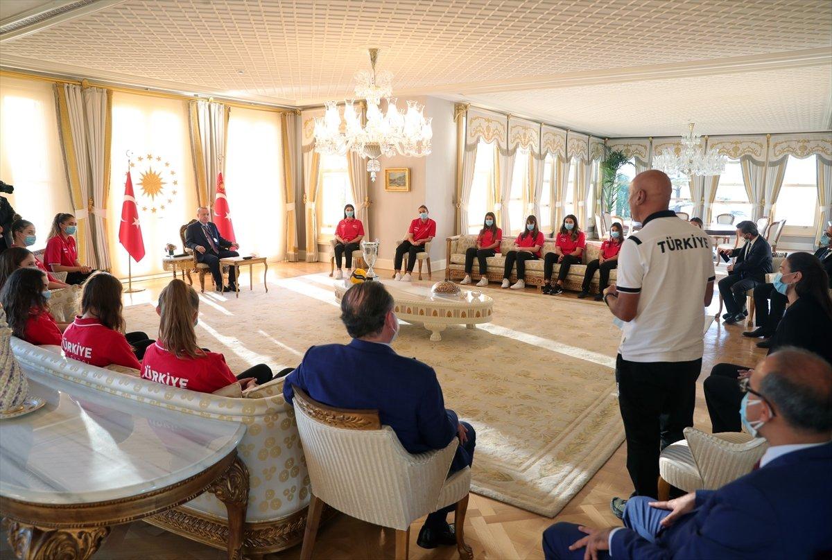 Cumhurbaşkanı Erdoğan, Avrupa şampiyonu voleybolcularımızı kabul etti #11