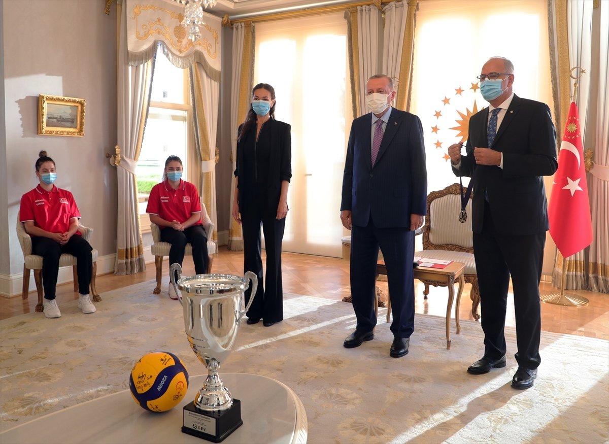 Cumhurbaşkanı Erdoğan, Avrupa şampiyonu voleybolcularımızı kabul etti #14