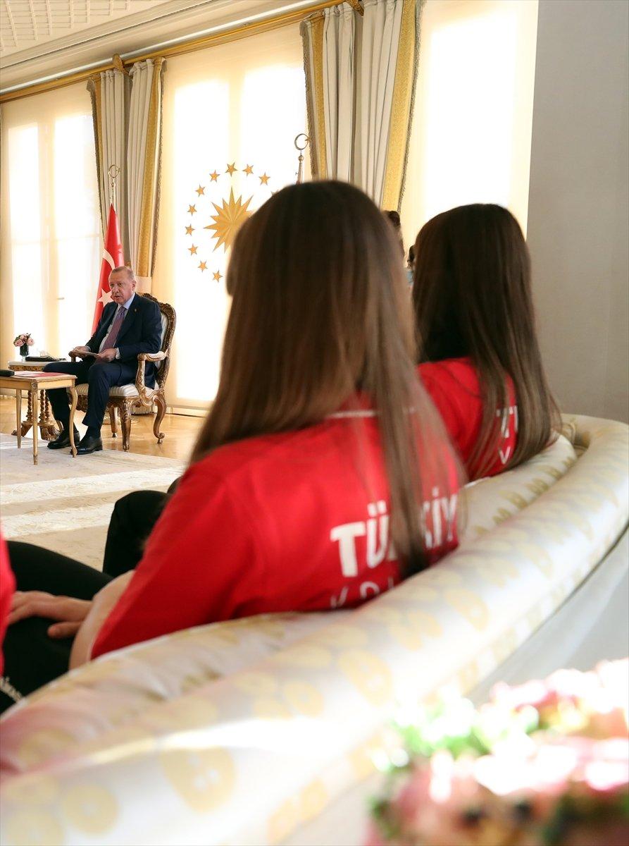 Cumhurbaşkanı Erdoğan, Avrupa şampiyonu voleybolcularımızı kabul etti #9