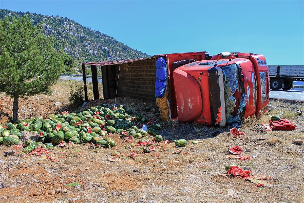 Antalya'da karpuz yüklü kamyon devrildi
