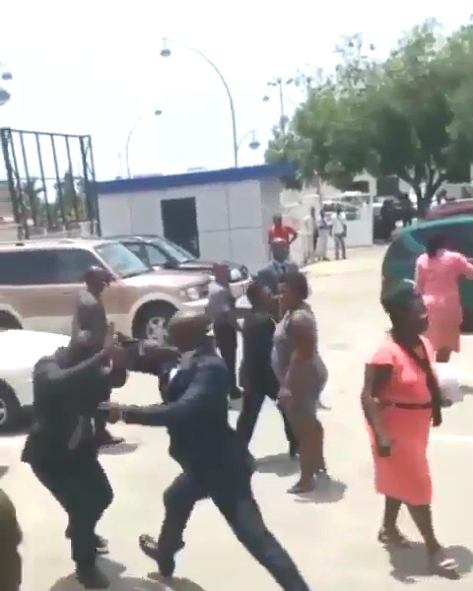 Gine Devlet Başkanı Alpha Conde, Çalışma Bakanı nı sokak ortasında tekme tokat dövdü #1