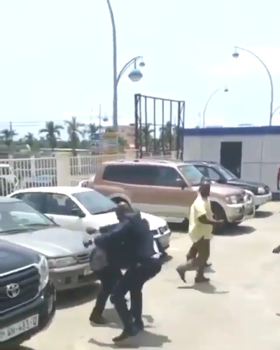Gine Devlet Başkanı Alpha Conde, Çalışma Bakanı nı sokak ortasında tekme tokat dövdü #2