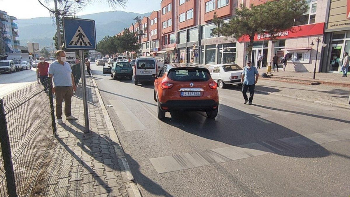 Karabük te otomobilin yaya çarpma anı güvenlik kamerasına yansıdı #2