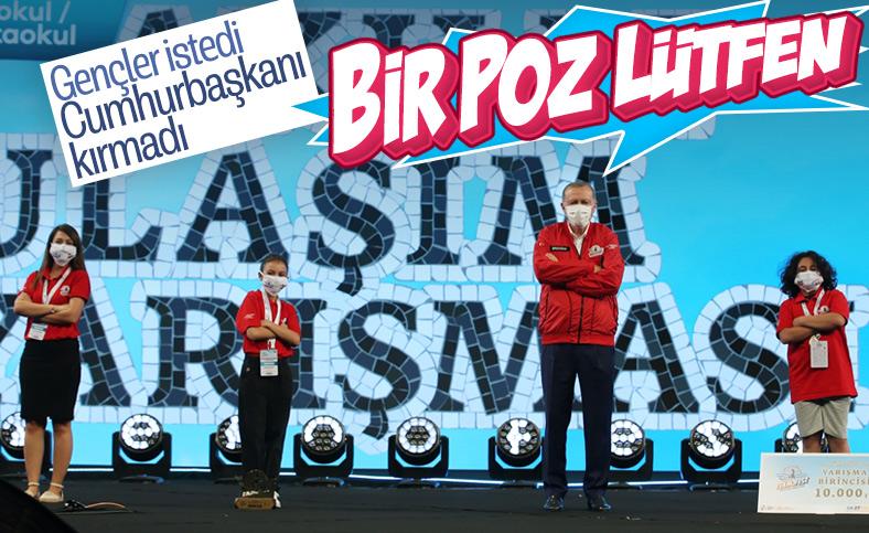 Erdoğan'ın öğrencilerle verdiği  Tekonofest'e özel poz