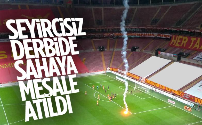 Seyircisiz oynanan Galatasaray-Fenerbahçe derbisinde sahaya meşale atıldı