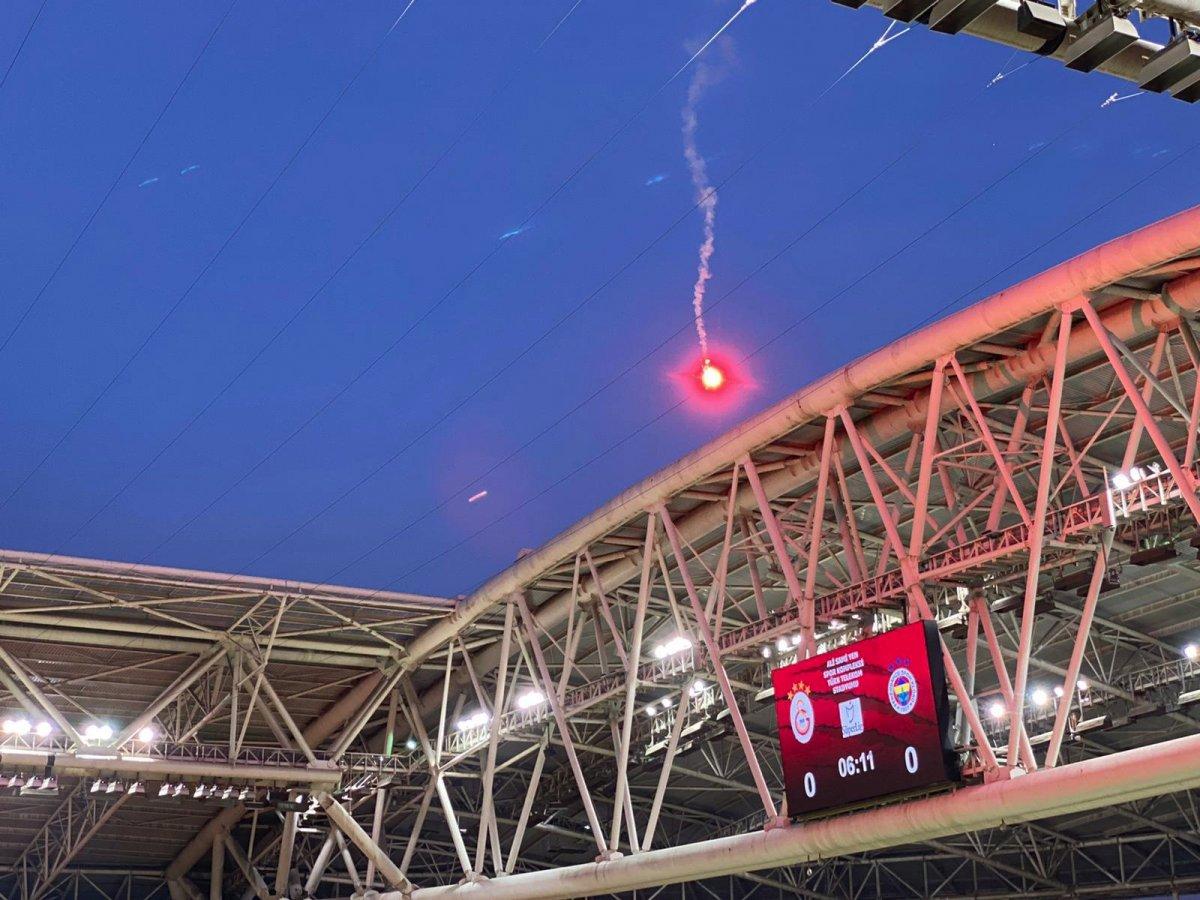 Seyircisiz oynanan Galatasaray-Fenerbahçe derbisinde sahaya meşale atıldı #1