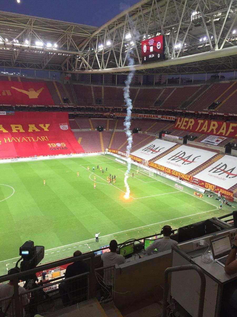 Seyircisiz oynanan Galatasaray-Fenerbahçe derbisinde sahaya meşale atıldı #2