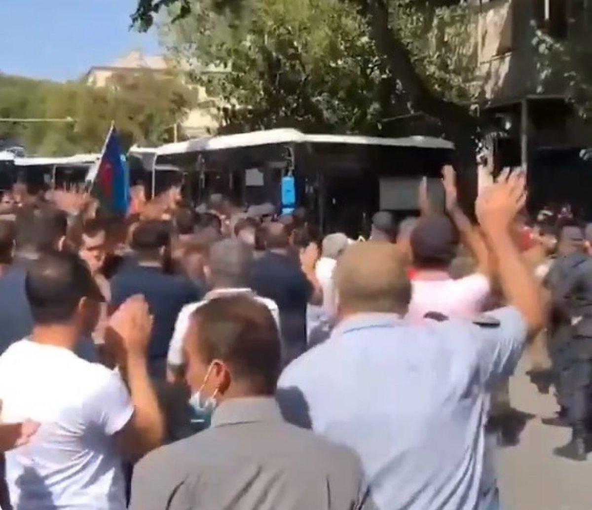Azerbaycanlılar orduya katılan askerleri alkışlarla uğurladı #1