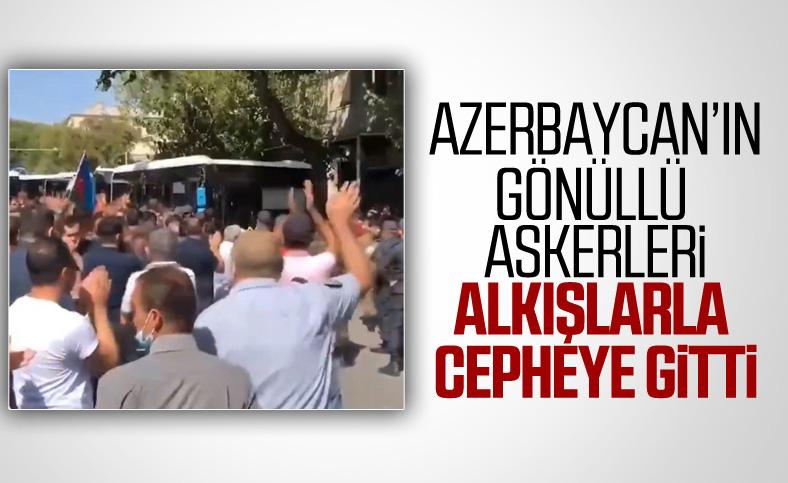 Azerbaycanlılar orduya katılan askerleri alkışlarla uğurladı