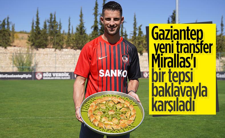 Gaziantep Mirallas'ı bir tepsi baklavayla karşıladı