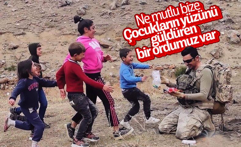 Jandarma çantasındaki kumanyasını çocuklarla paylaştı