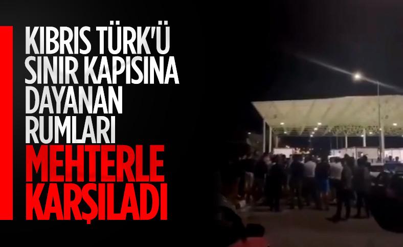 Kıbrıs Türk halkı sınırı geçen Rumlara cevap verdi
