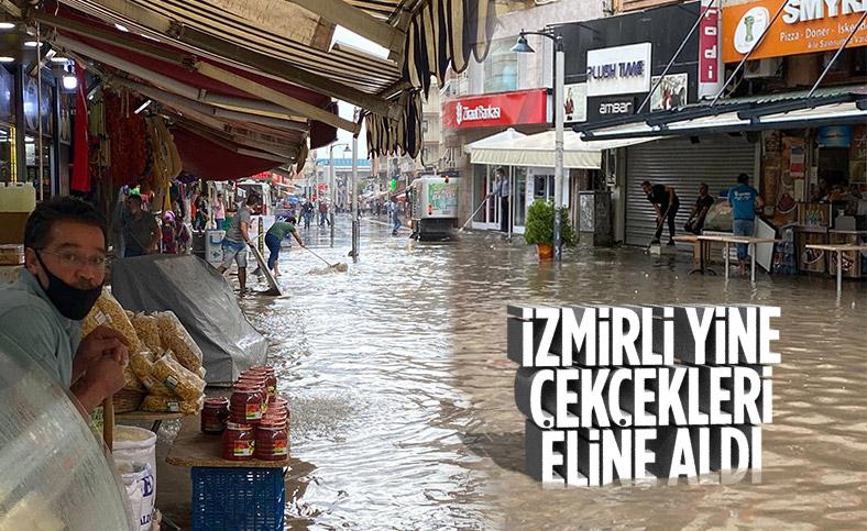 İzmir'de sağanak nedeniyle cadde ve sokaklar göle döndü
