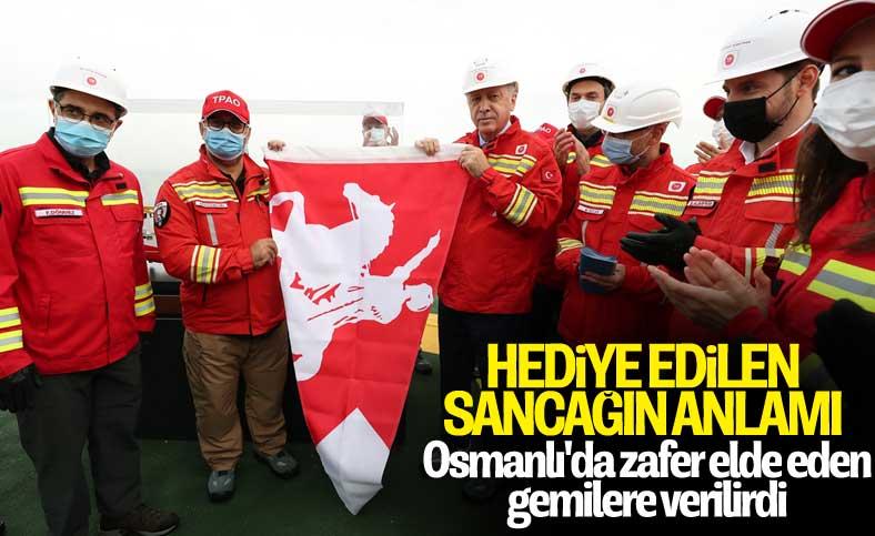 Cumhurbaşkanı Erdoğan'a sancak hediye edildi