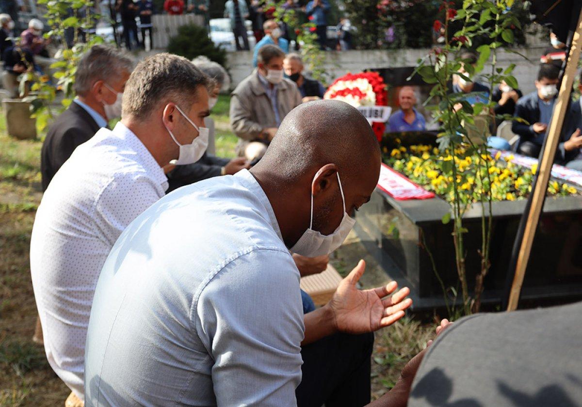Eddie Newton, Kadir Özcan'ın mezarı başında dua etti