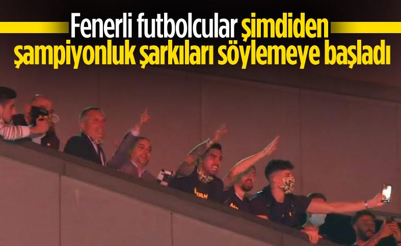 Fenerbahçeli futbolcular taraftarlarla tezahürat yaptı