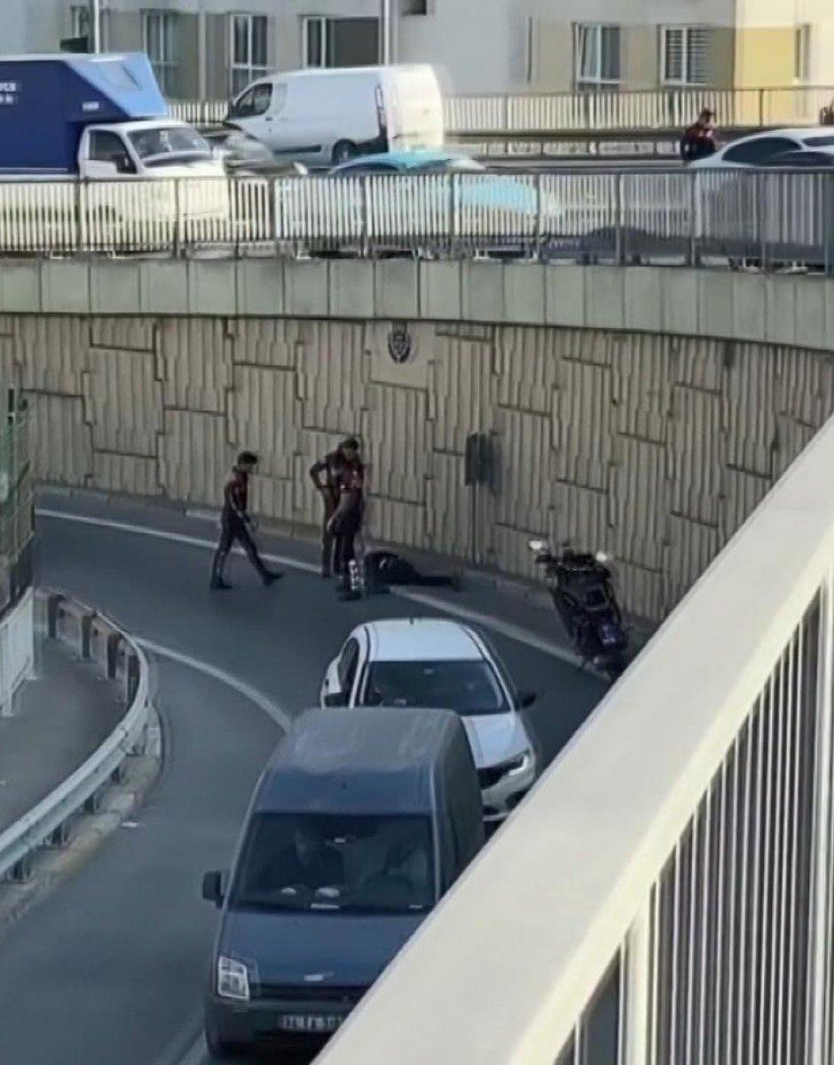 Esenler'de polisten kaçan şüpheli 5 metre yüksekten atladı #5