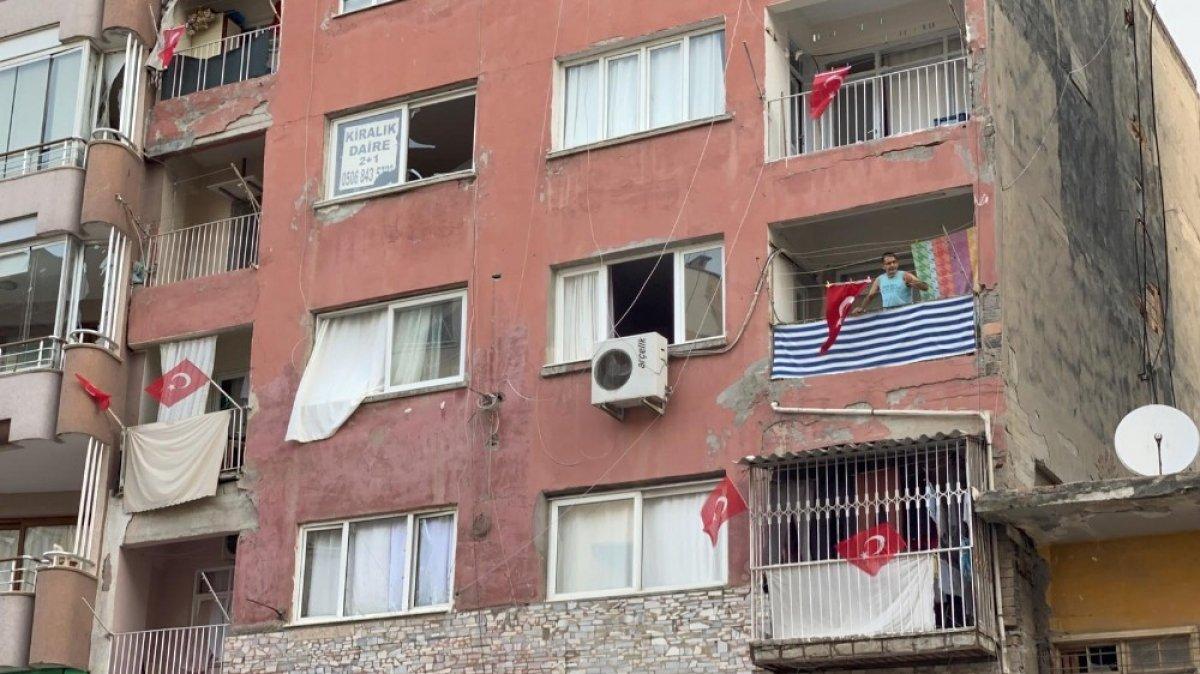 Hatay da ev ve iş yerlerine Türk bayrağı asıldı #1