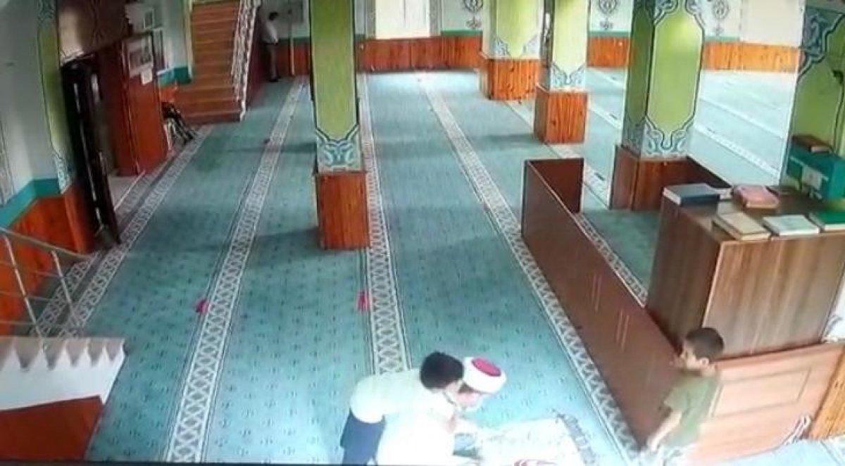 İstanbul da camiye giren çocukların imam ile oyunu #2