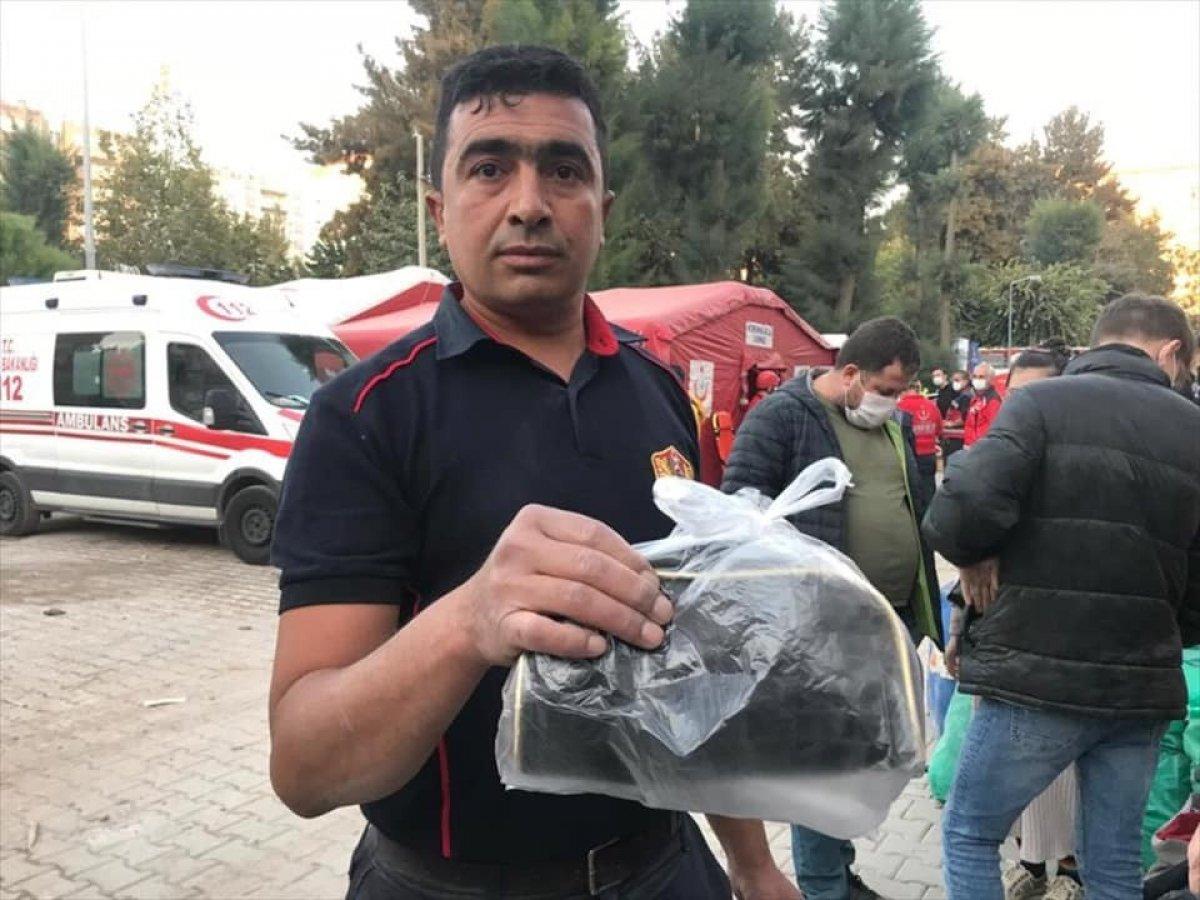 İzmir de itfaiye eri, enkazda bulduğu altını teslim etti #1