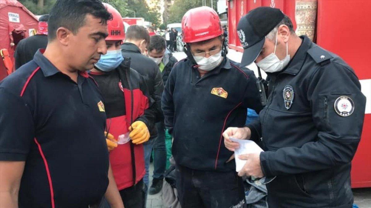 İzmir de itfaiye eri, enkazda bulduğu altını teslim etti #3