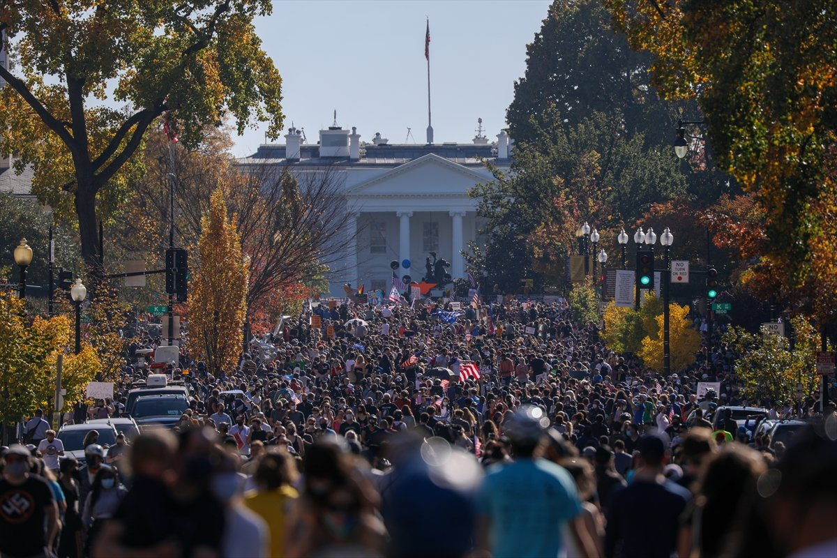 Biden cılardan Beyaz Saray önünde  Evine dön Trump  sloganları #1