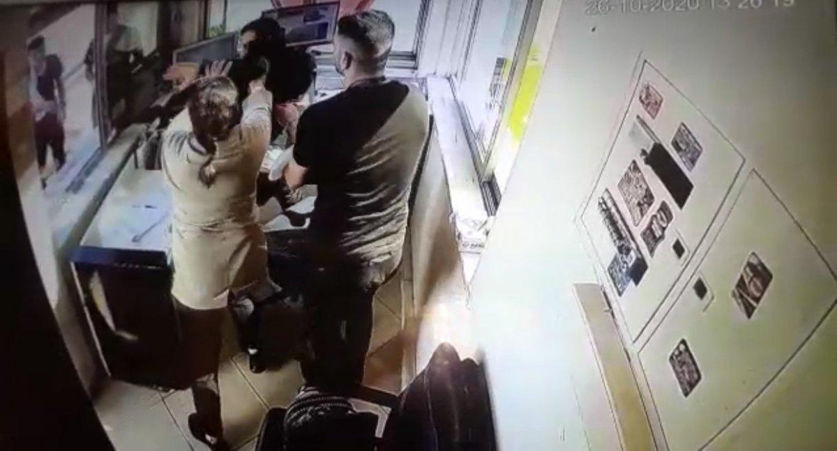 Esenyurt'ta kargo paketi kapısına çıkartılmayan kadın çılgına döndü #2