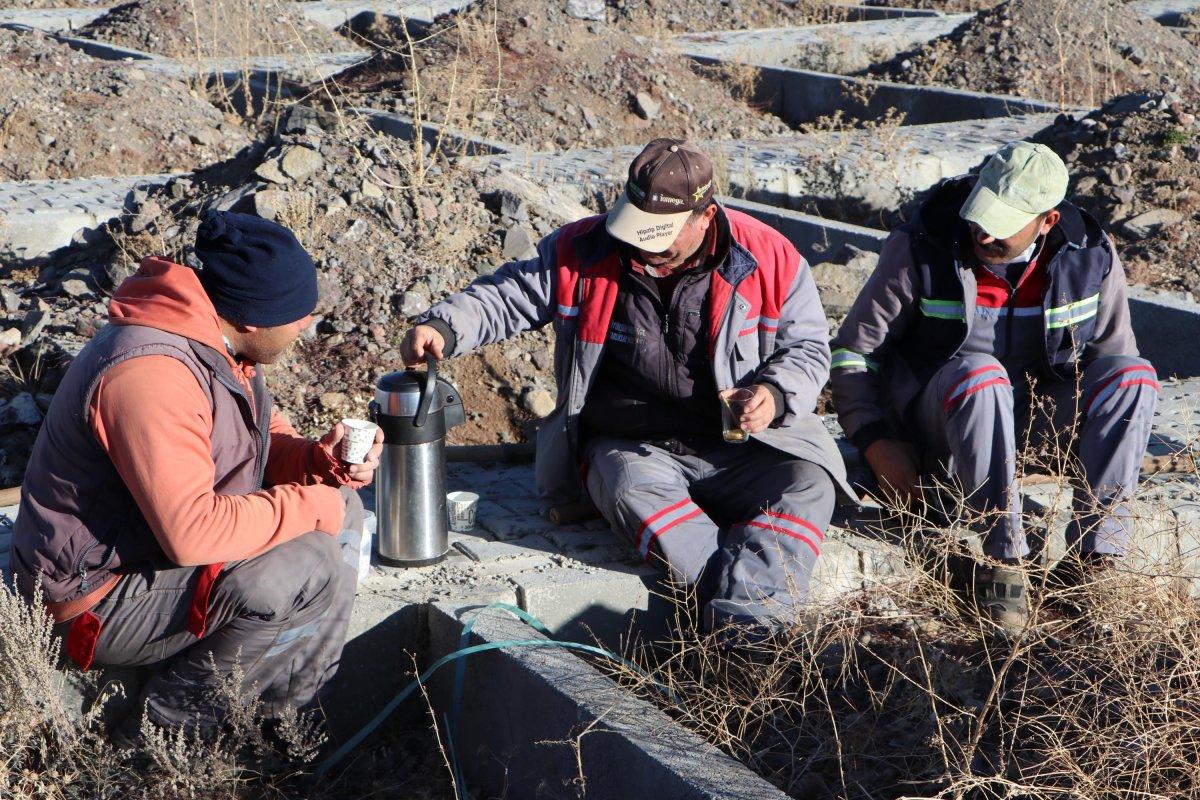 Erzurum da toprak donması nedeniyle kış öncesi 800 mezar kazılıyor #6