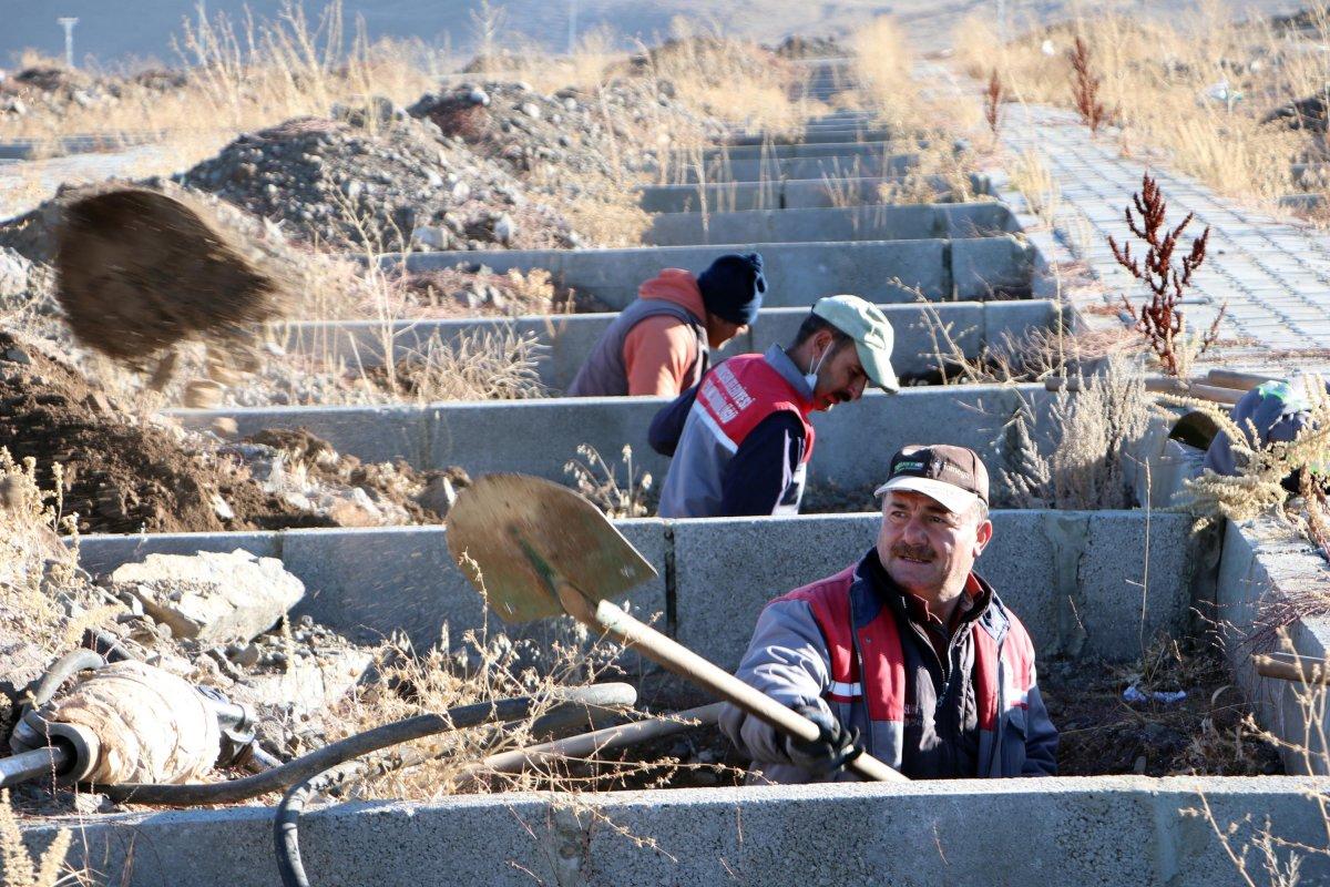 Erzurum da toprak donması nedeniyle kış öncesi 800 mezar kazılıyor #3