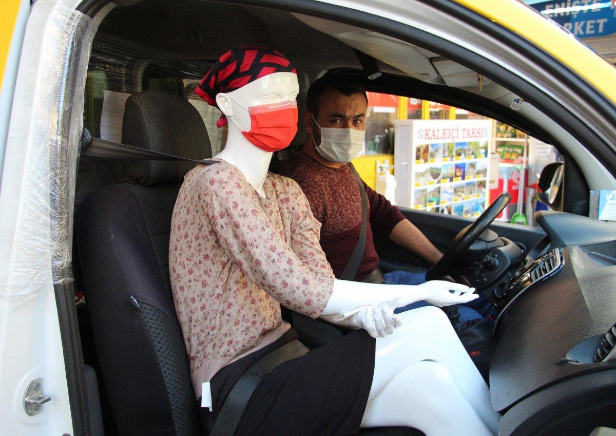 Antalya da taksiciden koronavirüse cansız mankenli önlem #1