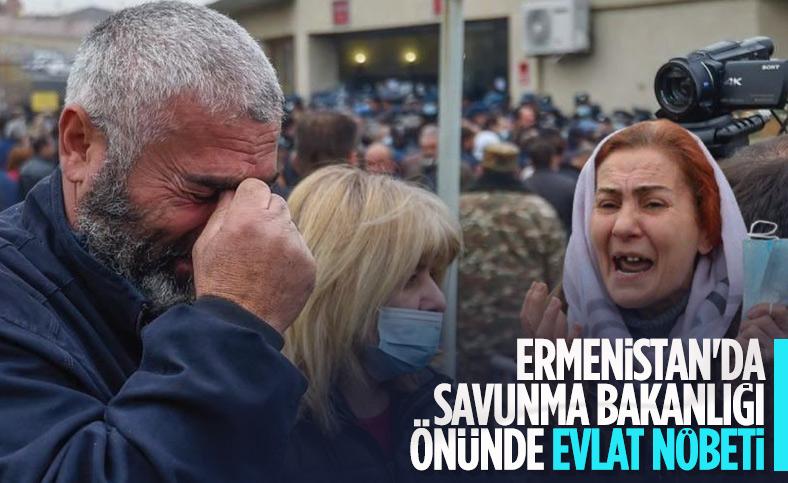 Ermenistan'da asker aileleri evlatları için nöbette