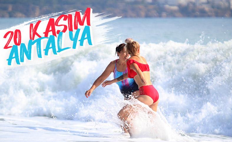 Antalya'da turistlerin dalga keyfi