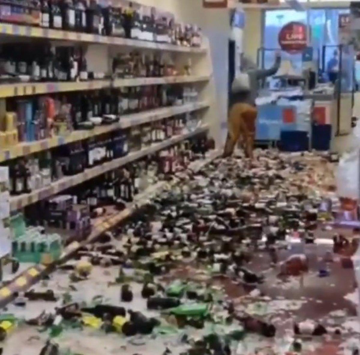İngiltere de kadın marketteki alkol şişelerini kırdı #2