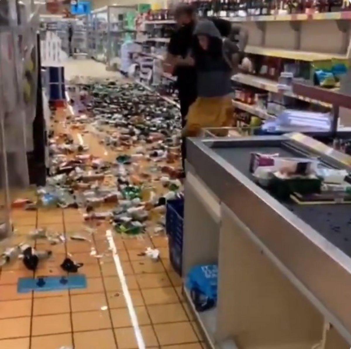 İngiltere de kadın marketteki alkol şişelerini kırdı #3