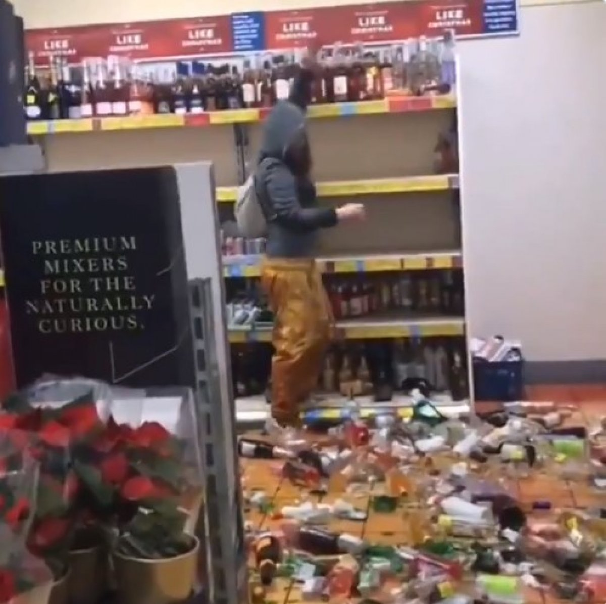 İngiltere de kadın marketteki alkol şişelerini kırdı #1