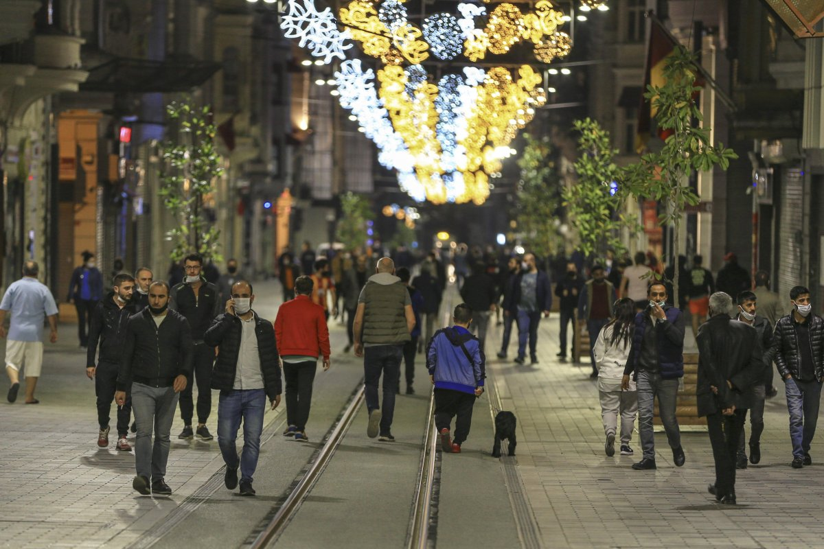 Yasağa bir saat kala İstiklal Caddesi ndeki yoğunluk devam etti  #2