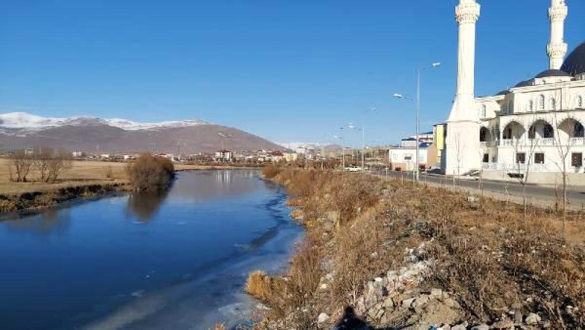 Ardahan da Kura Nehri nin yüzeyi buz tuttu #4
