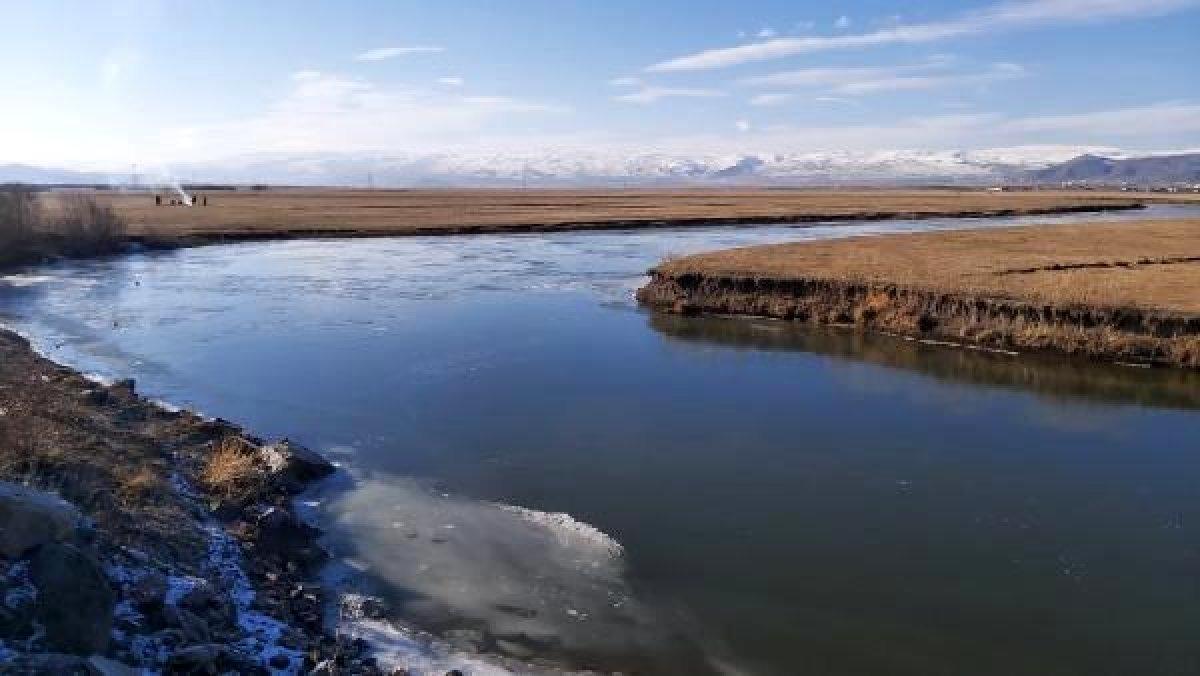 Ardahan da Kura Nehri nin yüzeyi buz tuttu #3