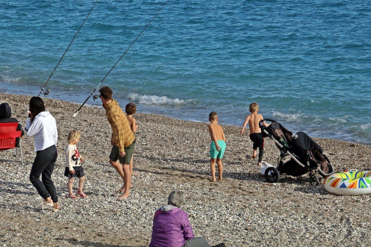 Antalya'da vatandaşlar, kısıtlama öncesi Konyaaltı sahiline koştu