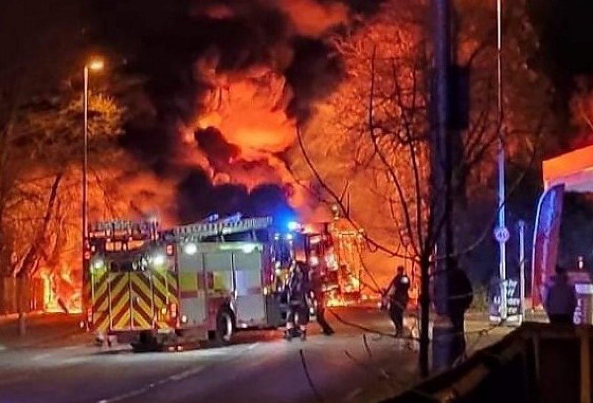 İngiltere'de kimyasal madde taşıyan tankerde yangın #1