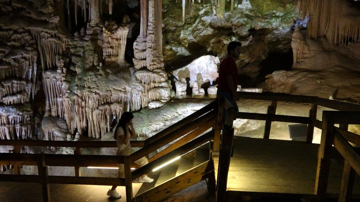 Gümüşhane'nin Karaca Mağarası turistlerin ilgi odağı oldu #1