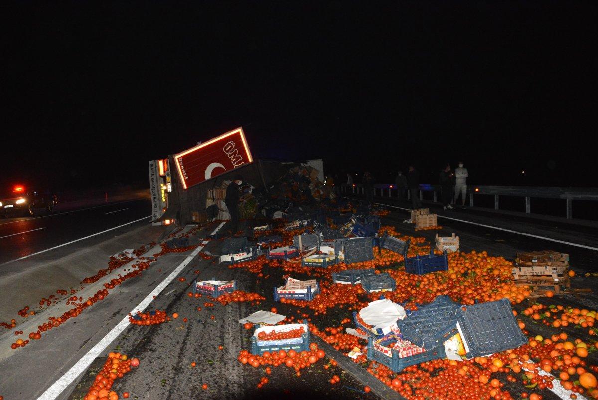 Antalya'da meyve yüklü tır devrildi